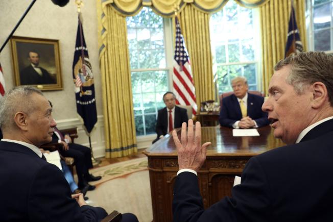 儘管川普總統11日在白宮宣布,經過與中國副總理劉鶴(左前)的第13輪談判後,達成第一階段協議,但顯然還有更多困難未解決。美方貿易代表賴海哲(右前)11月將率團赴北京再談。(美聯社)
