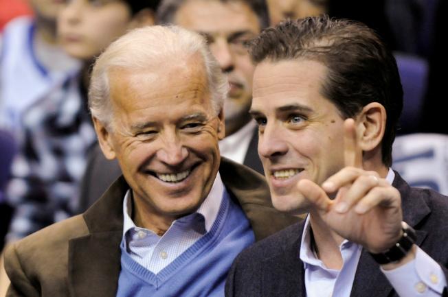 替父親白登(左)問鼎白宮提名惹來麻煩的杭特(右),13日透過律師宣布辭去中國公司的職務,試圖平息風波。圖為兩人2010年在華府觀球。(路透)
