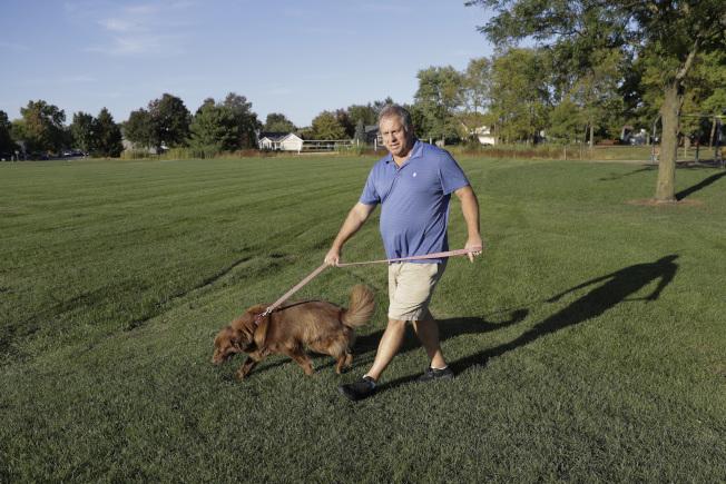 55歲的川粉史登斯克說,民主黨不斷找新花樣對川普造成壓力,讓他競選路途泥濘不堪,目的就是讓他2020年連任不成。(美聯社)