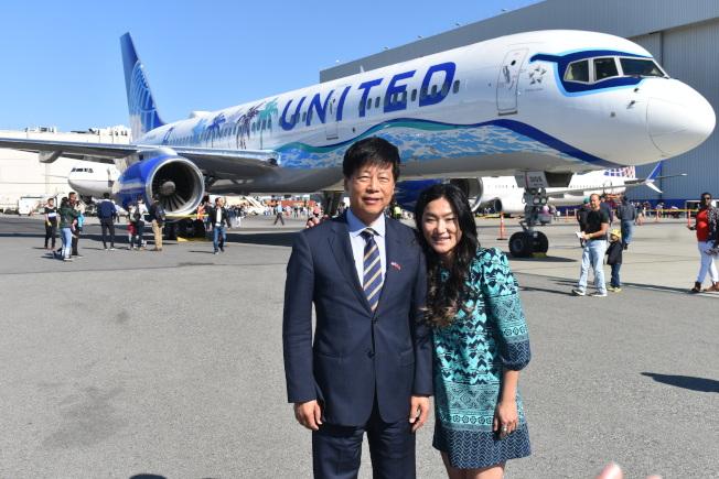 馬鍾麟處長(左)來到聯合航空停靠在舊金山國際機場的飛機前向牟宗瑋(右)表示祝賀。圖中可看到機長室窗戶上的太陽眼鏡。(記者黃少華/攝影)