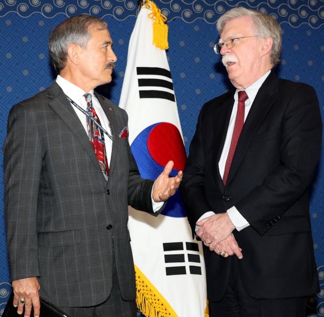 美國駐南韓大使哈里斯(左)認為韓國應該承擔更多的防衛經費。(歐新社資料照片)
