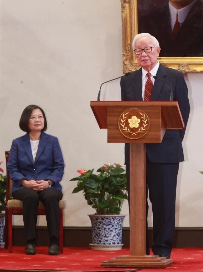 蔡英文總統14日在總統府舉行記者會,宣布由台積電創辦人張忠謀(右)再次擔任亞太經濟合作會議(APEC)領袖代表。(記者黃義書/攝影 )