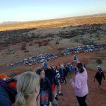 禁爬令生效前 澳洲人搶攀艾爾斯岩
