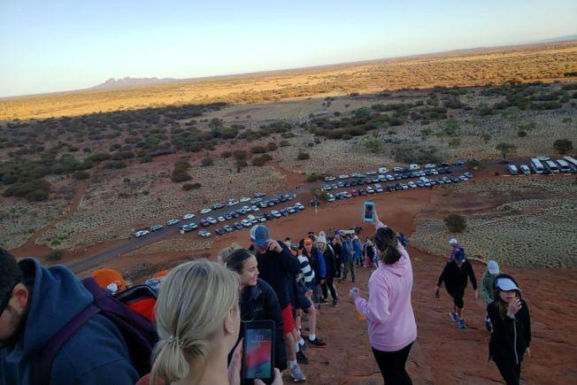 澳洲遊客在烏魯魯禁爬令生效前搶著攀登,形成一條長長人龍,蔚為奇觀。(Getty Images)