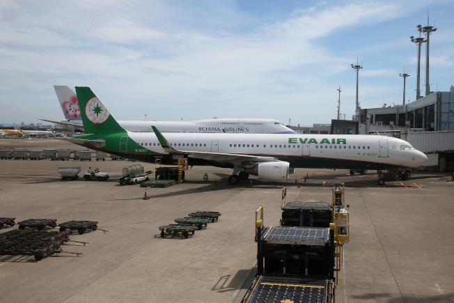 桃園機場航班過量,每個機坪每天作業量高達12架次,是香港機場或東京機場的兩倍。圖為桃園機場南機坪作業情況。(記者陳嘉寧/攝影)