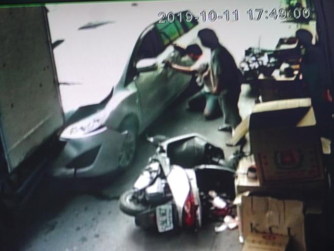 高雄市旗山區發生82歲老翁撞死妻子意外,死者兒子也在事故現場,蹲在地上呼喊著遭休旅車捲入車底的母親。(記者徐白櫻/翻攝)