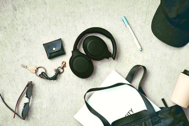 Sony WH-XB900N流線的機身輪廓,融合了不同材質及部分明亮色的點綴,展現耳機更具層次及鮮明的風格。(取材自Sony)