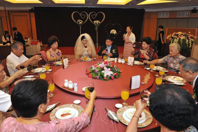 中國餐桌禮儀非常多,從吃飯,碰杯,夾菜等,每一個細節都有對應的禮儀,背後卻隱藏了不為人知的健康問題。(新華社資料照片)