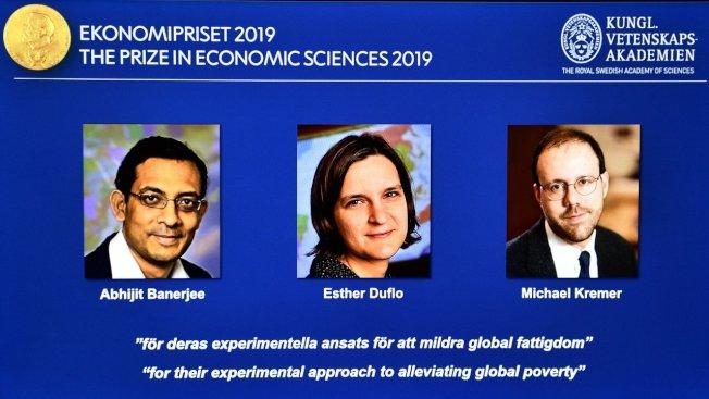 今年諾貝爾經濟學獎三位得主中,印度裔美國經濟學家巴納吉(左)和法裔美國經濟學家艾絲特.杜芙若(中)是夫妻。(歐新社)