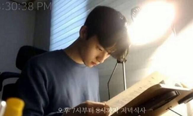 學習直播主先驅、南韓籍的直播主봇노잼在網路上直播念書,人帥真好,僅是念書不說話,陪讀者破好幾萬。 圖/取自봇노잼YouTube頻道