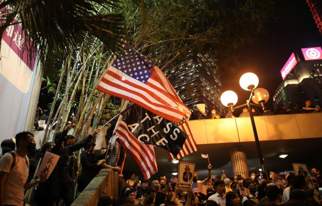 香港多區昨天出現「反送中」示威,雖然人數不多,但手段愈趨激烈,包括首度出現遙控土製炸彈,還有以利器割傷警員的頸部。路透