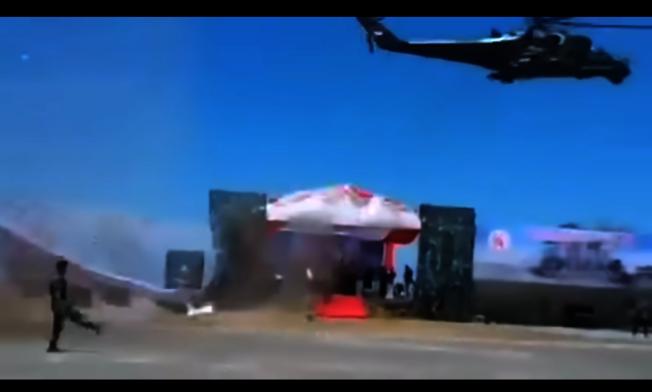 一架Mi-35P攻擊直升機以超低空飛過觀禮台時,造成觀禮台的頂棚被直升機產生的強烈氣旋吹垮。圖擷自YouTube