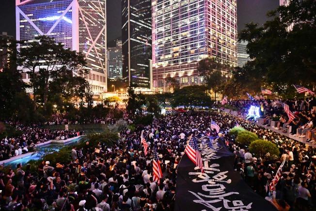 香港反送中運動持續,今日晚間示威者在中環遮打花園舉行聲援美國國會審議「香港人權與民主法案」集會。Getty Images