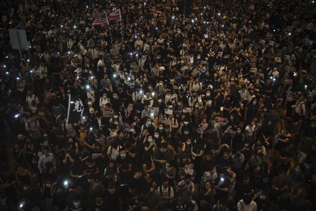 反送中示威者今日在中環發起「香港人權民主法案集氣大會」集會。美聯社