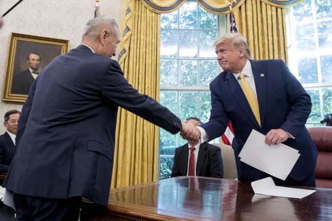 美國總統川普與中國國務院副總理劉鶴握手。(美聯社)