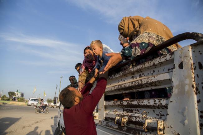 10月14日,逃難中的敘利亞民眾。(美聯社)