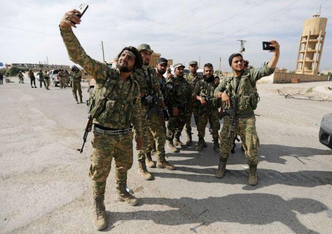 土耳其支持的敘利亞叛軍在邊境城鎮搞自拍。(路透社)