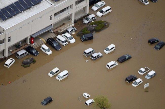 哈吉貝颱風過境,日本宮城的丸森町泡在水裡。(美聯社)