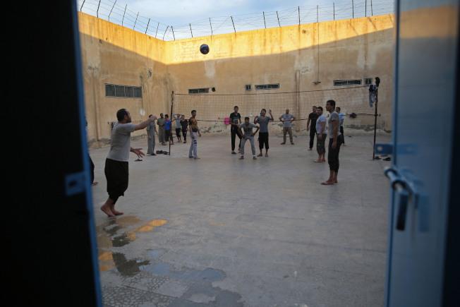 美國總統川普14日推文,暗示庫德族部隊可能故意讓極端組織伊斯蘭國的囚犯逃離監獄或營區。圖為攝於2018年4月30日關押前伊斯蘭國成員的庫德族監獄。(美聯社)