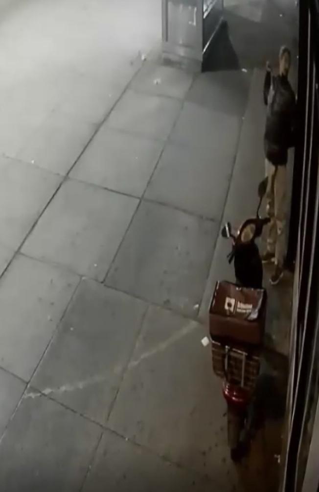 嫌犯手持凶器欲攻擊受害者。(市警提供)