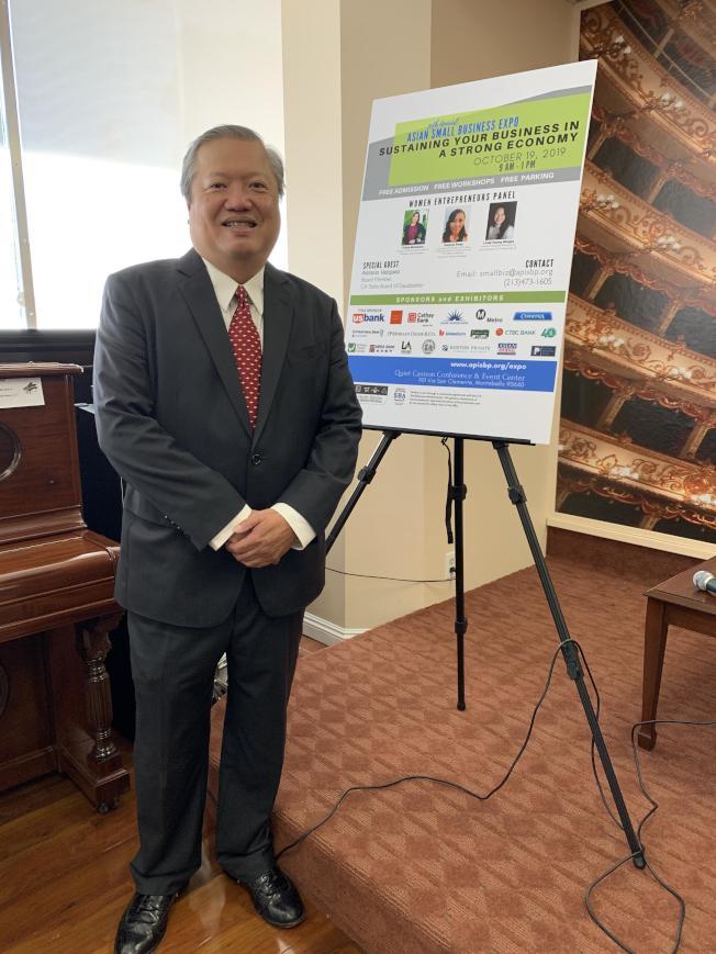 亞太裔小型商業計劃執行主任Ron Fong介紹今年豐富活動期待民眾到場。(記者高梓原/攝影)