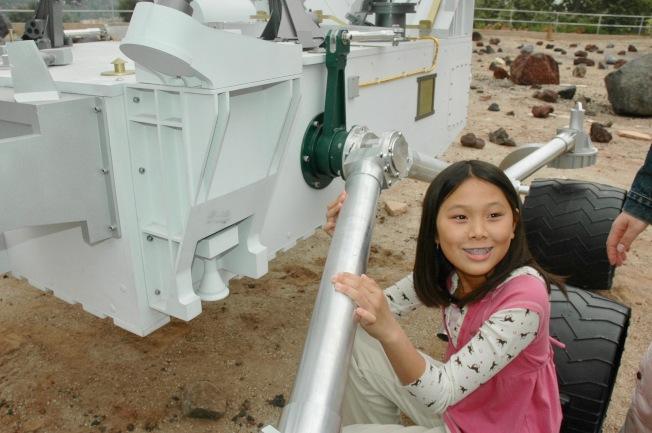 2009年6月8日,太空噴射推進實驗室(JPL)舉行火星車命名儀式,時年12歲的華裔女孩馬天琪(Clara Ma)提名「好奇號」(Curiosity)中選。(本報資料圖片)