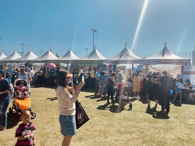 爾灣地球村美食文化藝術節吸引眾多華裔。(記者尚穎╱攝影)