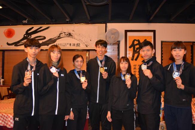在拉斯維加斯乏美跆拳道大賽勇奪二金三銀二銅的中華跆拳道代表隊獲獎小將。(記者馮鳴台/攝影)