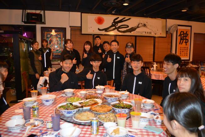 在賭城開義美冠軍台式小吃的楊褒曼(右站立者),宴請中華隊並預祝他們明年奧運為中華民國爭光。(記者馮鳴台/攝影)