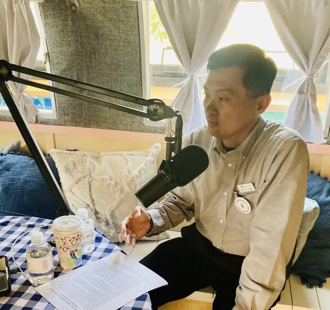 吳俊毅錄製「來自橙縣的故事」。(記者尚穎/攝影)