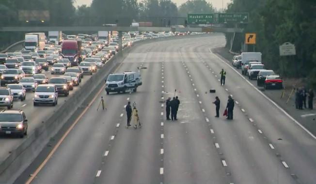 事故發生後警方關閉101號公路該區域東向所有車道。( 取自KTLA)