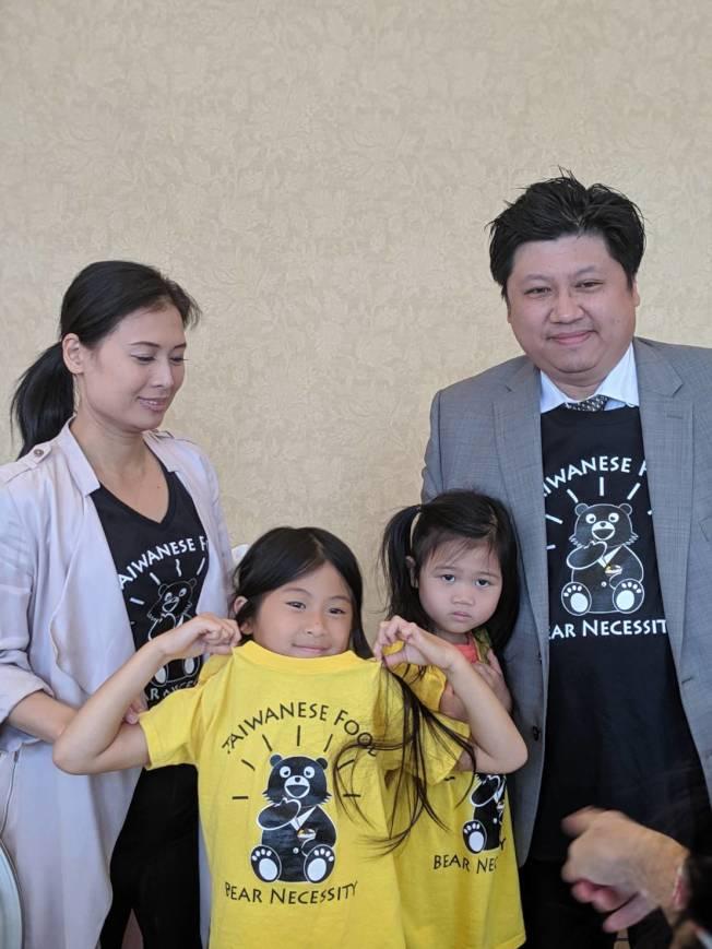 吳劉宜芳全家一同穿台灣黑熊T恤。(記者 蕭永群╱攝影)