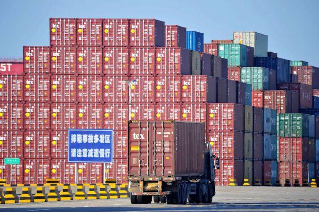 中國海關總署14日公布數據顯示,中國9月進出口量都大幅減少,9月出口降幅是今年2月以來最大,對美出口也明顯下降。中國對美出口3120億美元,下降10.7%;自美進口906.6億美元,下降26.4%,這都顯示受美中貿易戰與中國內需不振影響。圖為中國青島港今年6月出口航運情況。(Getty Images)
