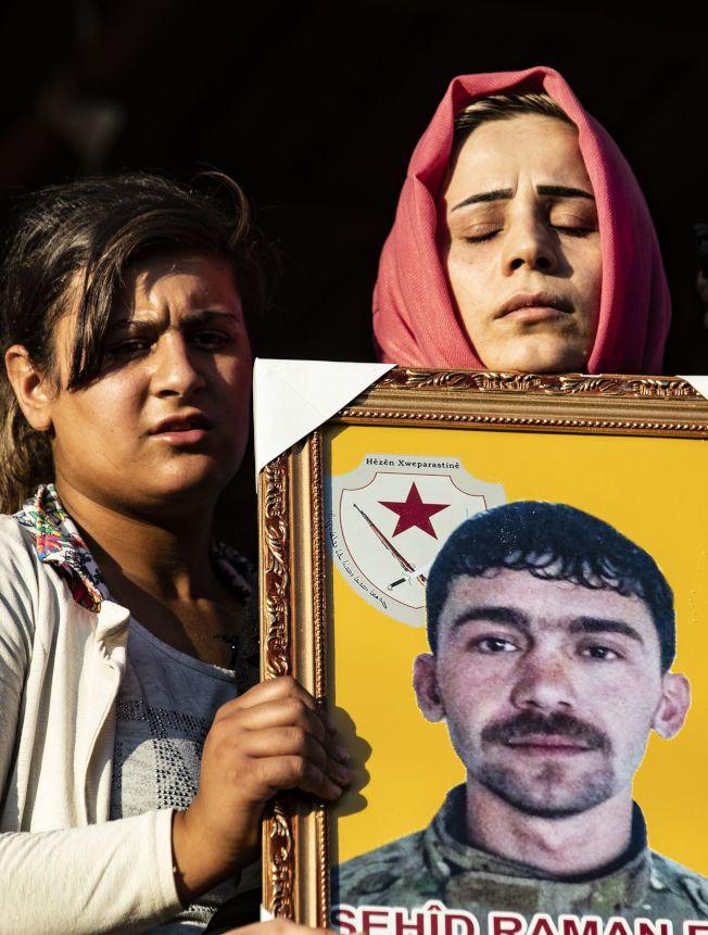 原來美國支持的庫德族武裝力量,在川普總統自敘利亞撤軍後,立即遭到土國軍隊的攻擊。圖為遭到土國攻擊陣亡的庫德族戰士哀傷的家屬。(Getty Images)