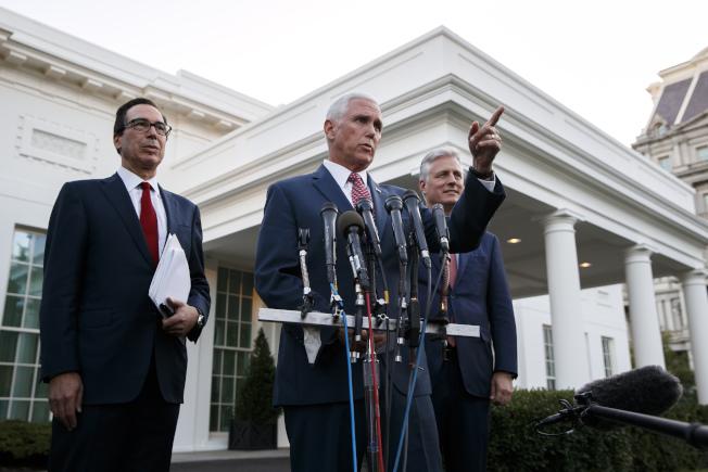 川普總統14日下午宣布對土耳其採取經濟制裁後,派出副總統潘斯(中)、財政部長米努勤(左)及白宮國安顧問歐布來恩(右)出面,在白宫前回答外界疑問。(美聯社)