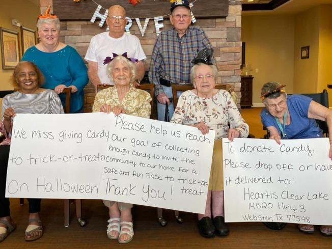 韋布斯特市Heartis Clear Lake老人院住戶希望萬聖節有小孩討糖,但沒錢買糖,主管把他們的心願放上臉書,結果得到許多社區民眾響應,已經收到太多糖果,他們衷心感謝。(取自臉書)