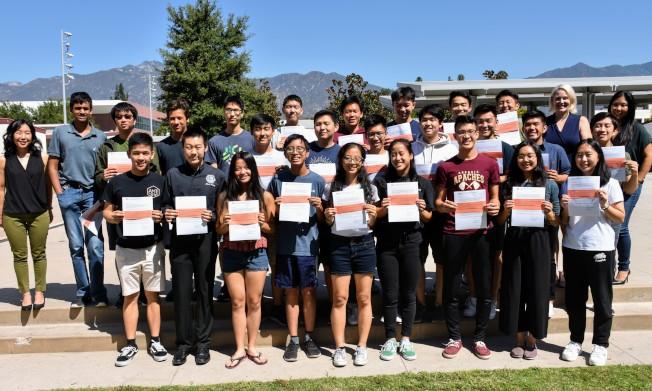 亞凱迪亞高中25名學生入圍2020國家優秀獎學金半決賽,受到校長和老師的祝賀。(亞凱迪亞學區提供)