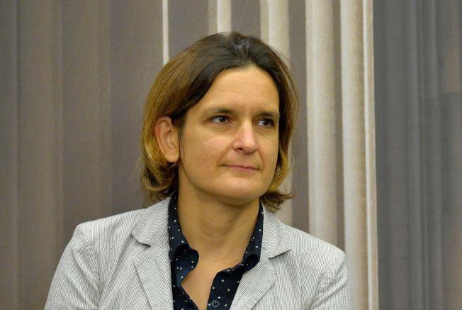 本屆諾貝爾經濟學獎得主杜芙洛現年46歲,是諾貝爾經濟學獎有史以來最年輕的得主。杜芙洛的研究成果早已獲得各方肯定,2015年曾獲西班牙王室頒發阿斯圖里亞斯女親王獎。圖為她在14日的MIT記者會上。(Getty Images)