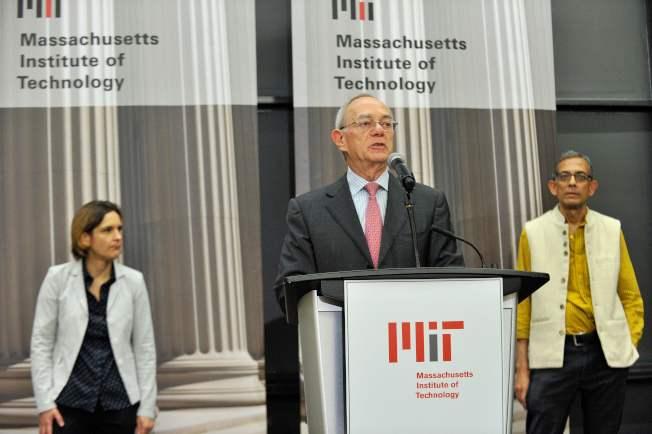 MIT校長Leo Rafael Reif(中)14日在該校宣布,夫妻檔教授巴納吉(右)與杜芙洛(左)榮獲今年諾貝爾經濟學獎。(Getty Images)