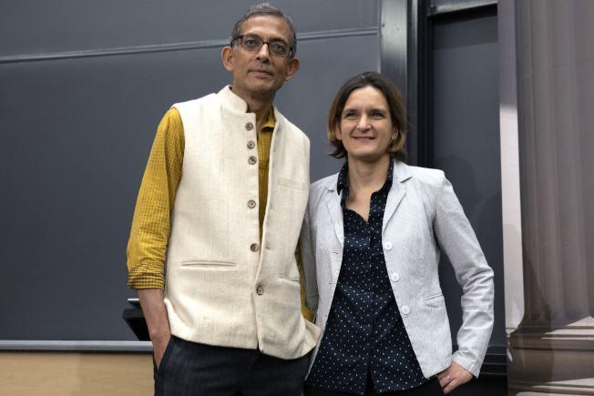 MIT夫妻檔教授巴納吉(左)與杜芙洛(右)榮獲今年諾貝爾經濟學獎,圖為兩人在MIT宣布得獎的記者會上合影。(美聯社)