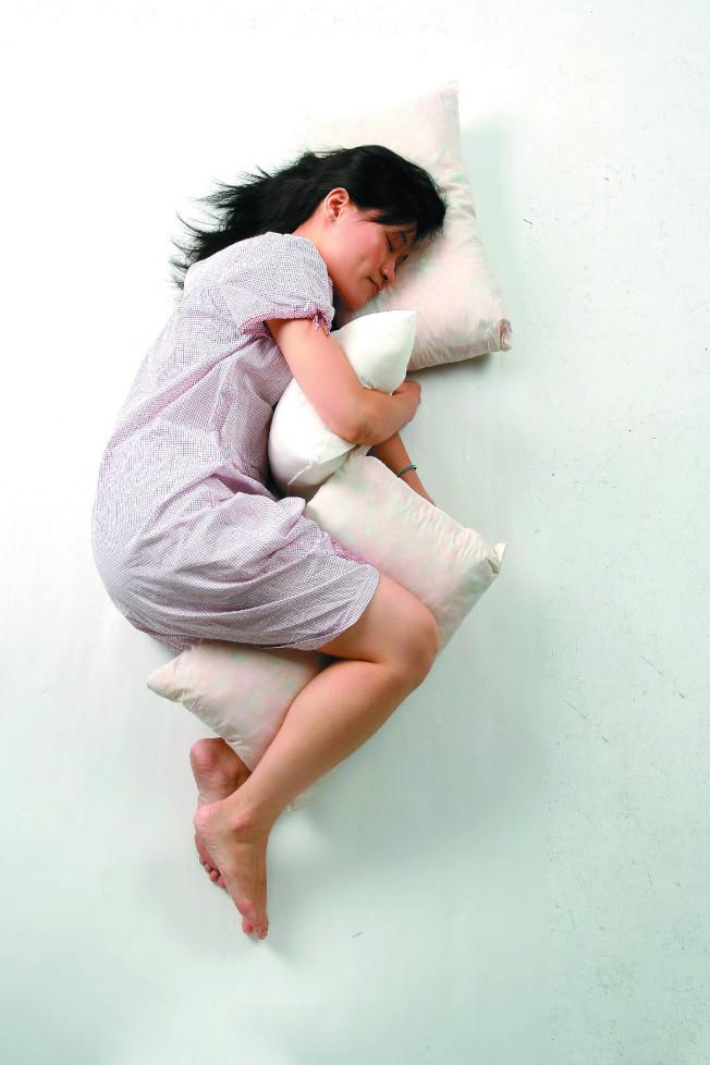醫師建議大家側睡,夜裡才能睡得最好。可用枕頭抵住上半身,或者放在膝蓋及踝部之間,有助於支撐軀體。(本報資料照片)