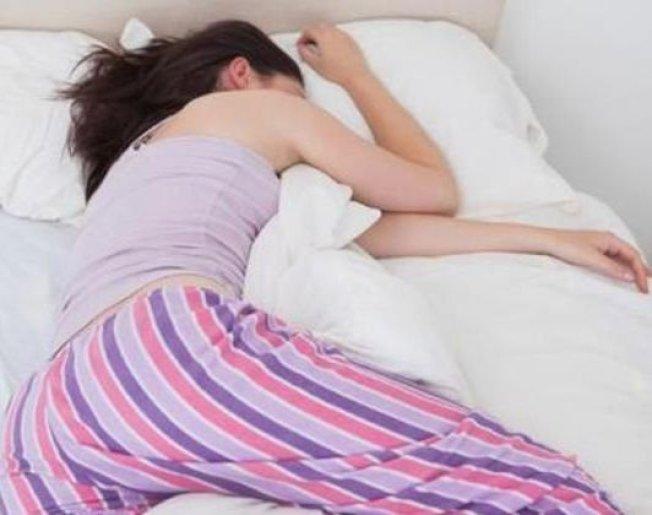 醫生建議大家側睡,夜裡才能睡得最好。可用枕頭抵住上半身,或者放在膝蓋及踝部之間,有助於支撐軀體。(取自推特)