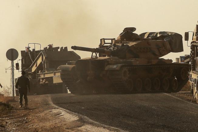 土耳其戰車部隊14日沿土敘邊界的公路向敘北推進,擴大追擊庫德族攻勢。(美聯社)