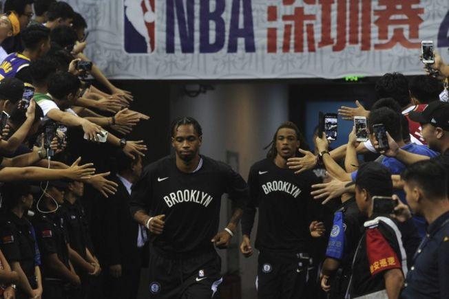 騰訊悄悄復播NBA賽事,網友一片錯愕。圖為籃網與湖人的深圳熱身賽。(美聯社)