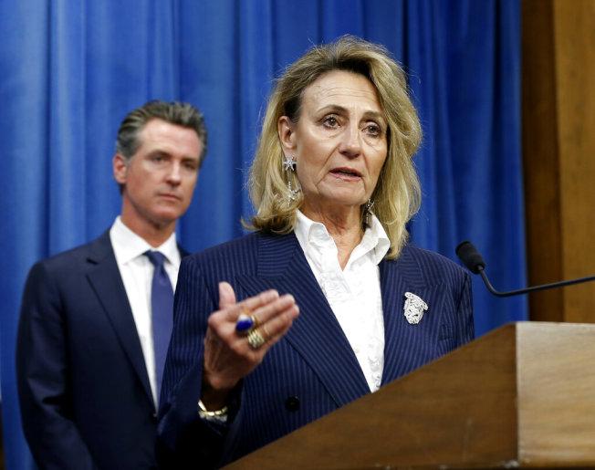 加州公用事業委員會主席巴提爾(右)決定對太平洋瓦電採取一系列行動。(美聯社)
