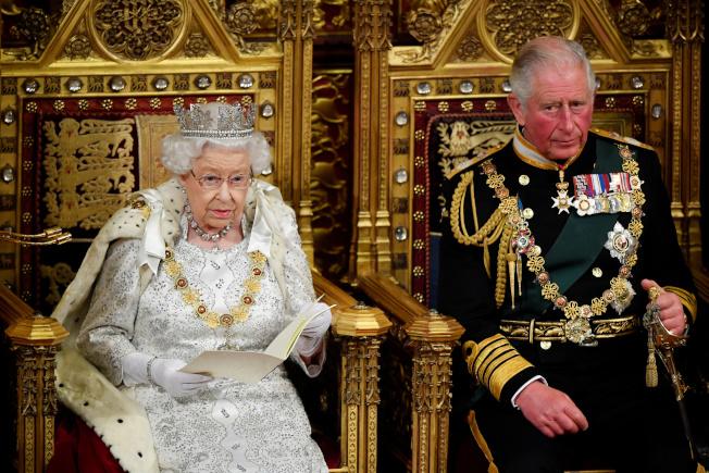 英女王(左)14日由王儲查理(右)陪同,在上議院發表勾勒首相強生施政綱領的演說。(路透)