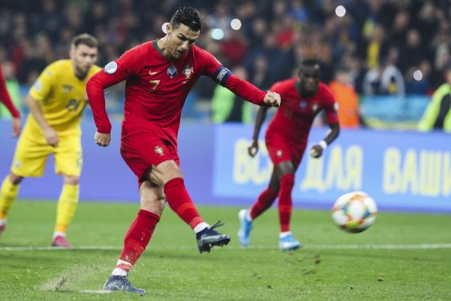 C羅代表葡萄牙出戰烏克蘭,踢進生涯第700球。(歐新社)
