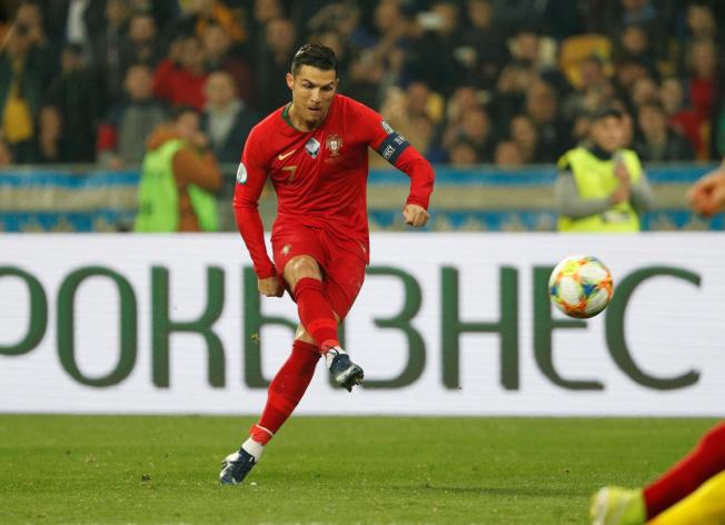 C羅代表葡萄牙出戰烏克蘭,踢進生涯第700球。(路透)