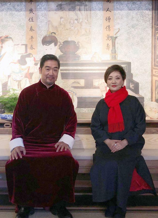 張國立(左)與鄧婕一起參加明星真人秀節目。(取材自微博)