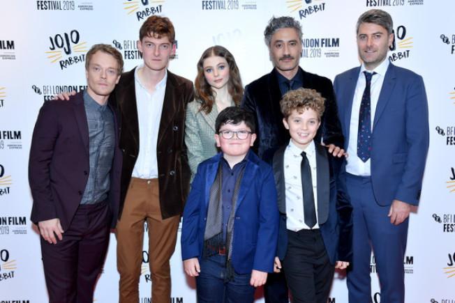 諷刺喜劇「兔嘲男孩」劇組出席首映式,影片在多倫多獲獎後成為奧斯卡最佳影片熱門競爭者。 (圖:福斯探照燈)